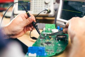 Techniker repariert ein Gerät im Servicecenter