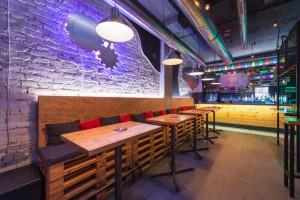 Ausstattung einer Bar mit Licht- und Tontechnik